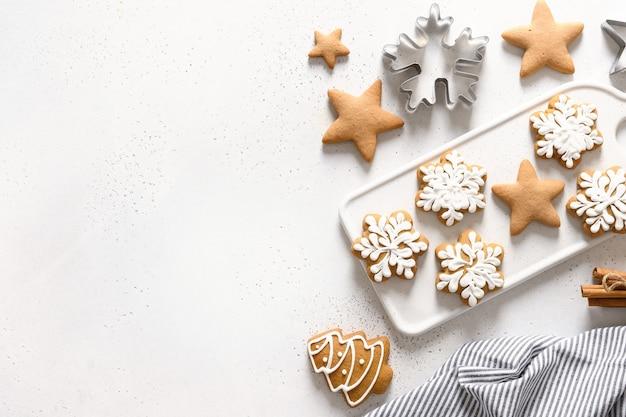 흰색 바탕에 크리스마스 수 제 유약 된 쿠키입니다. 위에서 봅니다. 평평하다. 텍스트를위한 공간.