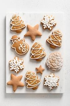 흰색 바탕에 크리스마스 수 제 유약 된 쿠키입니다. 위에서 봅니다. 평평하다. 수직 형식.