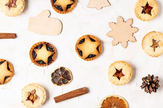 Рождественские домашние пироги с фаршем плоские лежали на белом фоне цемента