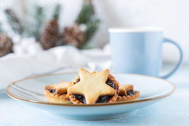 Рождественские домашние пироги с фаршем на синей керамической тарелке