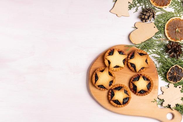 Рождественские домашние пироги с фаршем на деревянной доске