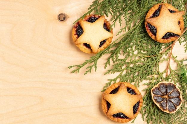 Рождественские домашние пироги с фаршем с елочными украшениями