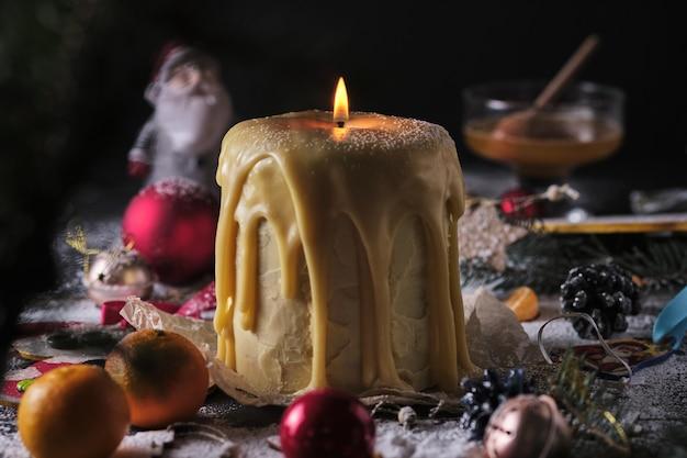 キャンドルの形をしたクリスマスハニーケーキクリスマスの雰囲気クリスマスツリークリスマスデコラティ