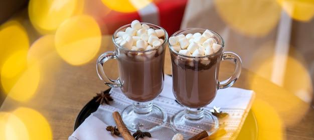 테이블에 크리스마스 핫 초콜릿