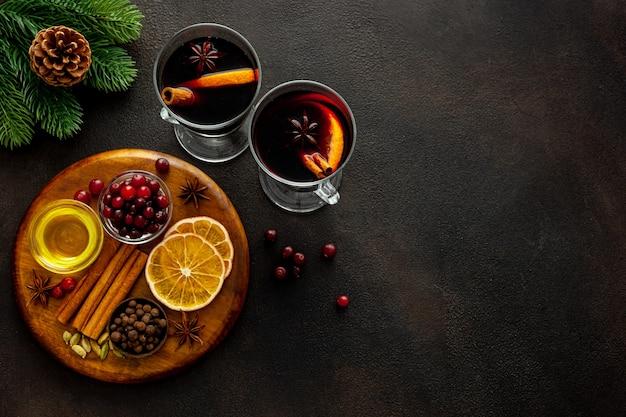 Рождественский горячий напиток в бокалах глинтвейн с красным вином со специями и украшениями
