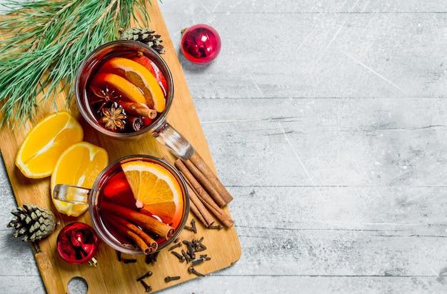 향기로운 향신료와 함께 크리스마스 뜨거운 mulled 와인. 소박한.