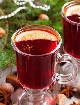 シナモンカルダモンと木製のアニスとクリスマスホットホットワイン