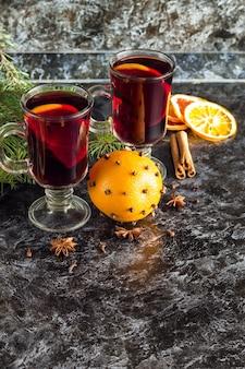 나무와 어두운 배경에 계피 오렌지와 아니스와 크리스마스 뜨거운 mulled 와인