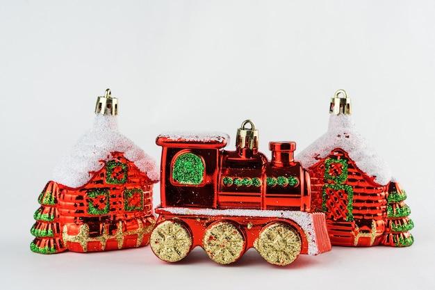 Рождественские домики и поезд, изолированные на белом фоне. рождественский орнамент. выборочный фокус.