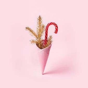 クリスマスのアイスクリームコーンとキャンディケイン。最小限の休日の概念。