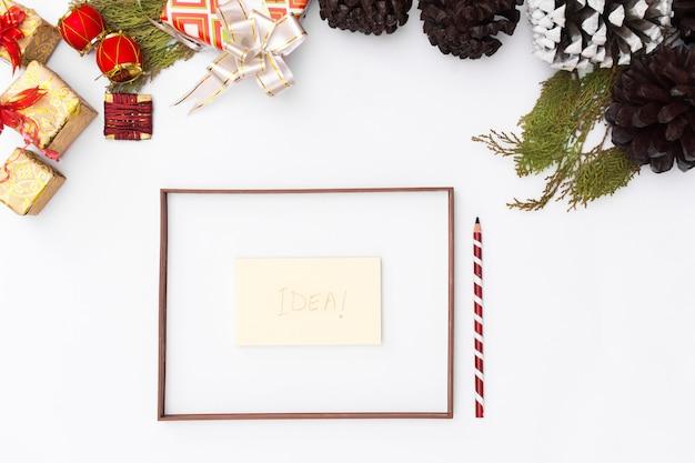 크리스마스 아이디어 구성. 크리스마스 선물, 전나무 가지 흰색 배경입니다. 평면도, 복사