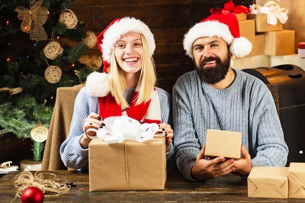 크리스마스 인테리어. 크리스마스 선물 상자 크리스마스 트리 앞의 새 해 가족.
