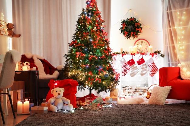 美しいモミの木のあるリビングルームのクリスマスインテリア