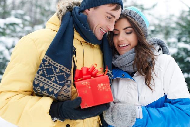 クリスマスはプレゼントを共有する時間です 無料写真