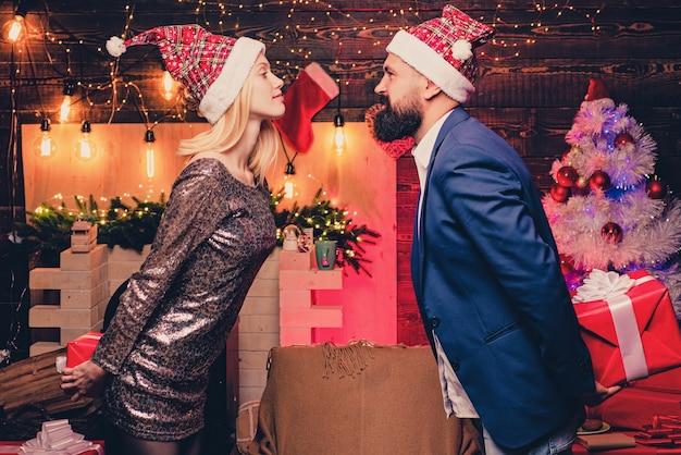 크리스마스 키스. 사랑에 빠진 커플. 크리스마스 인테리어. 놀라게 하 고 재미있는 커플의 초상화입니다. 만화 프리미엄 사진