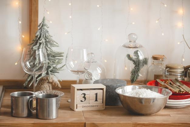 Рождественский кухонный декор. посуда на столе. праздничные украшения.