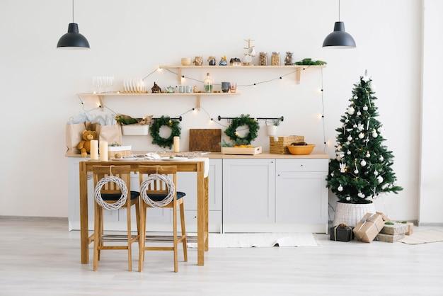 クリスマスのキッチンの装飾。クリスマスのための素朴なキッチン。明るい色のスカンジナビア料理の詳細。