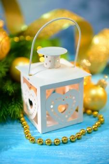 밝은 배경에 크리스마스 랜턴, 전나무 및 장식