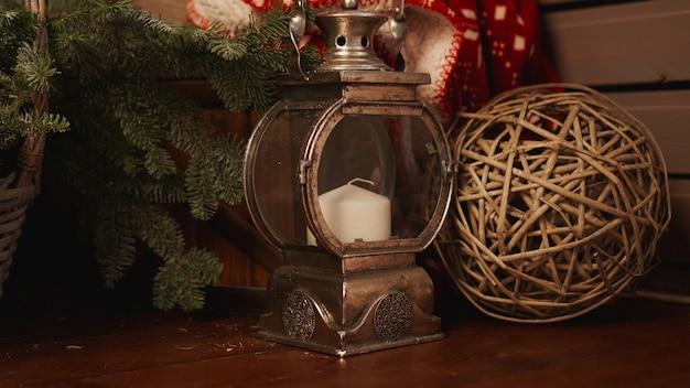 古い木の床のクリスマスランタン。クリスマスキャンドルとランタン
