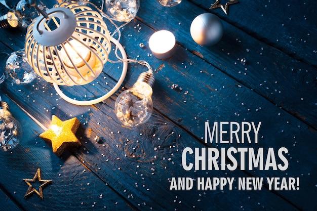 青い木製の背景に装飾が施されたクリスマスのランタン