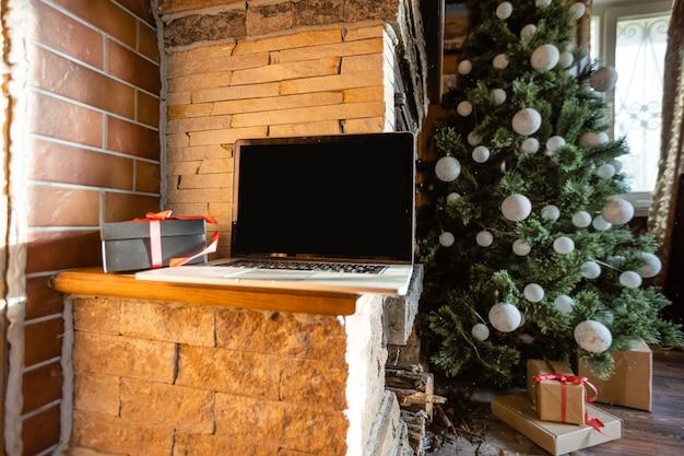 오래된 목조 주택에 크리스마스 트리가 있는 크리스마스 노트북