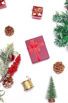 白い背景の上のクリスマスのレイアウト。赤い贈り物とモミの木の枝。クリスマスと新年。休日。