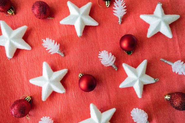 Рождественский макет. вид сверху на рождественские украшения. выложен на красном фоне.