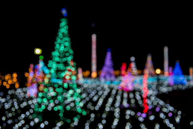 クリスマスライトの装飾と抽象的なボケ味が背景をぼかす