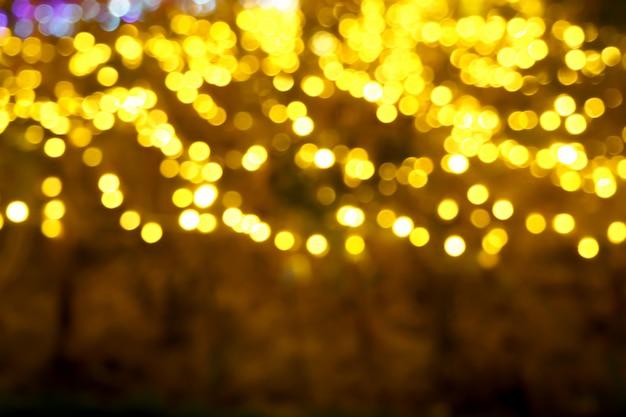 Рождественские огни абстрактные с блестящими желтыми bokeh