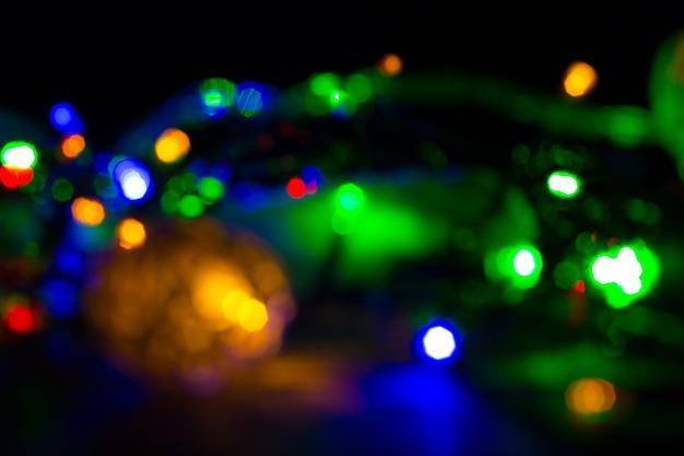 Рождественские огни размытые фото. вечером уютное настроение. праздничное время. концепция праздников.