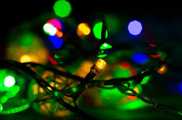 Рождественские огни крупным планом фото. вечером уютное настроение. праздничное время. концепция праздников.