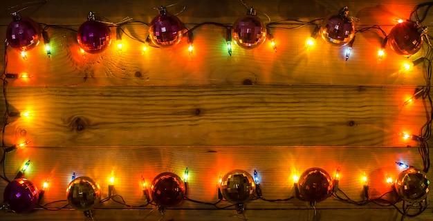 クリスマスライトフレームの背景。テキストまたは描画用の空きスペース