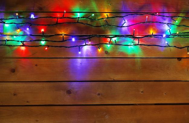 Рождественские огни гирлянды на деревянной поверхности