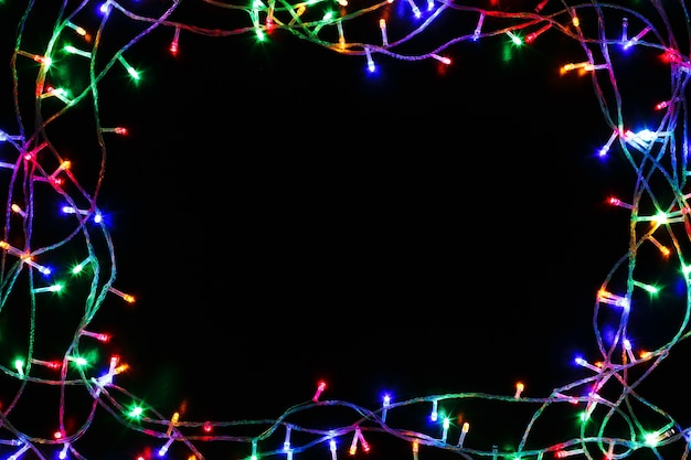 Рождественские огни, изолированные на черном