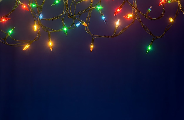 コピースペースと青色の背景にクリスマスライト
