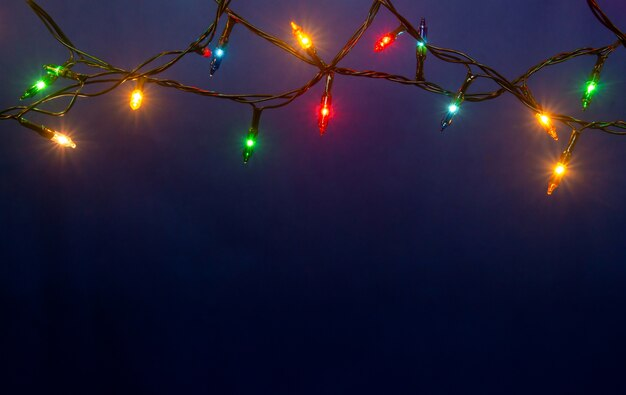 복사 공간 파란색 배경에 크리스마스 불빛