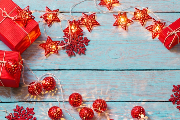 木製の背景にクリスマスライト
