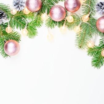 Рождественские огни, розовые и бежевые украшения, серебряные украшения на белом