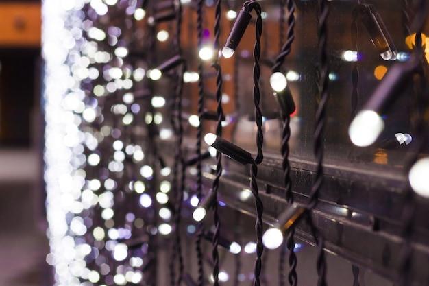 ボケ味のクリスマスライト。新年ウィンドウの花輪
