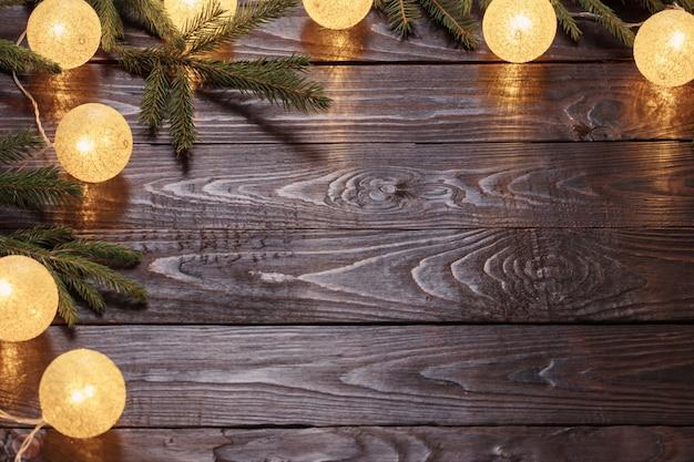 暗い木のモミの枝でクリスマスライト