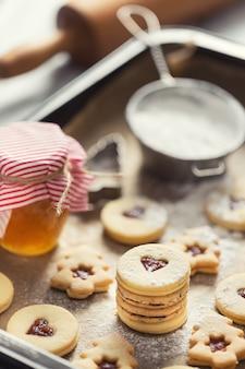 焼きたての鍋にクリスマスリンツァースイーツとクッキーマーマレードシュガーパウダー。