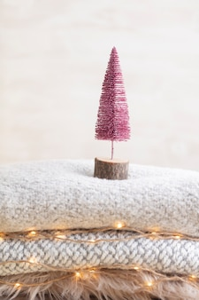 Рождественские елки и золотые огни боке.