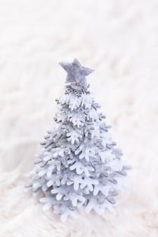 Рождественские маленькие елки и шерстяной фон.