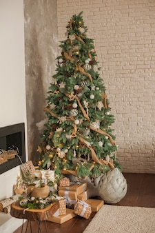 クリスマスリビングルームの装飾とコピースペース。クリスマスの素朴なリビングルーム。