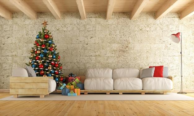パレットのソファー、石の壁、木製の梁のあるクリスマスのリビングルーム