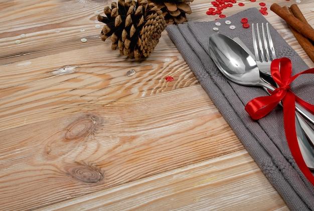Сервировка стола для рождественского обеда с украшениями