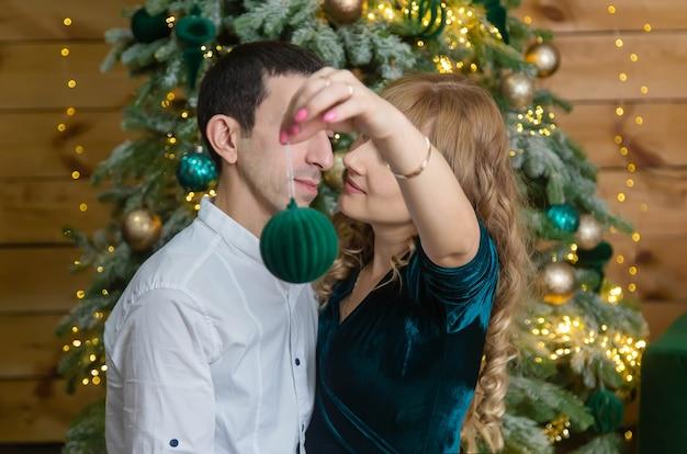 クリスマスの男性と女性が装飾を保持します。セレクティブフォーカス。ホリデー。