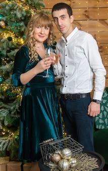 Рождество мужчина и женщина с бокалами шампанского. выборочный фокус. праздничный день.