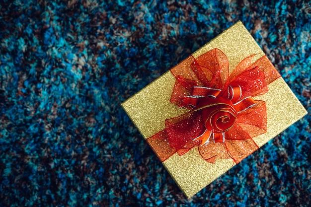 コピースペース、クリスマスと新年の装飾と背景のある上面図の青いカーペットのインテリアにクリスマスの多くの贈り物。