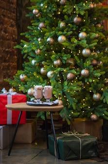 Рождественский зефир на праздничном фоне. выборочный фокус. напитки.